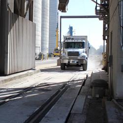 Gecombineerde weegbrug voor vrachtwagens en treinstellen