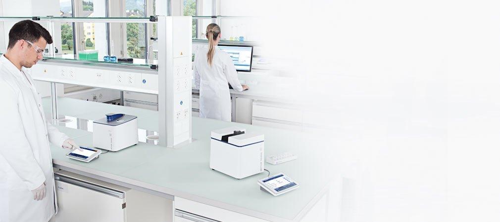 Deux chercheurs dans un laboratoire en pleine mesure de spectrophotométrie UV Visible