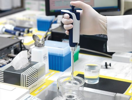 Techniciens experts en pipetage