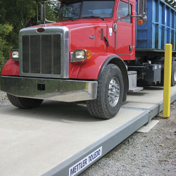 Weegbruggen voor vrachtwagens op de weg
